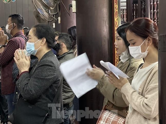 Ngày Valentine, giới trẻ đến chùa Hà 'cầu duyên' qua lớp khẩu trang ảnh 5