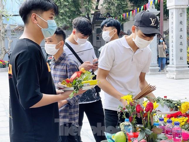 Ngày Valentine, giới trẻ đến chùa Hà 'cầu duyên' qua lớp khẩu trang ảnh 4