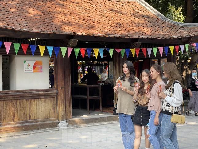Ngày Valentine, giới trẻ đến chùa Hà 'cầu duyên' qua lớp khẩu trang ảnh 12