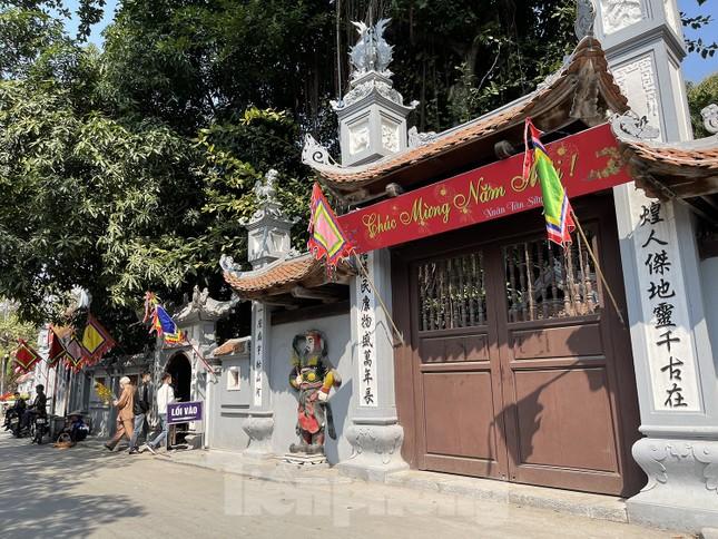 Ngày Valentine, giới trẻ đến chùa Hà 'cầu duyên' qua lớp khẩu trang ảnh 1