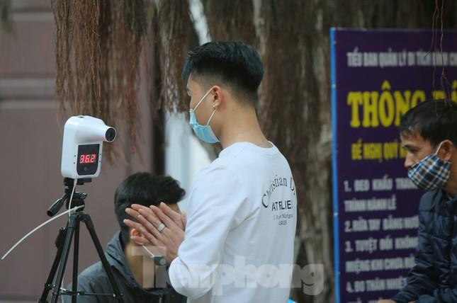 Ngày Valentine, giới trẻ đến chùa Hà 'cầu duyên' qua lớp khẩu trang ảnh 3