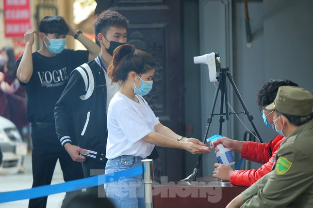 Ngày Valentine, giới trẻ đến chùa Hà 'cầu duyên' qua lớp khẩu trang ảnh 2
