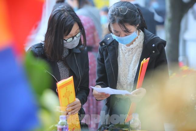 Ngày Valentine, giới trẻ đến chùa Hà 'cầu duyên' qua lớp khẩu trang ảnh 6