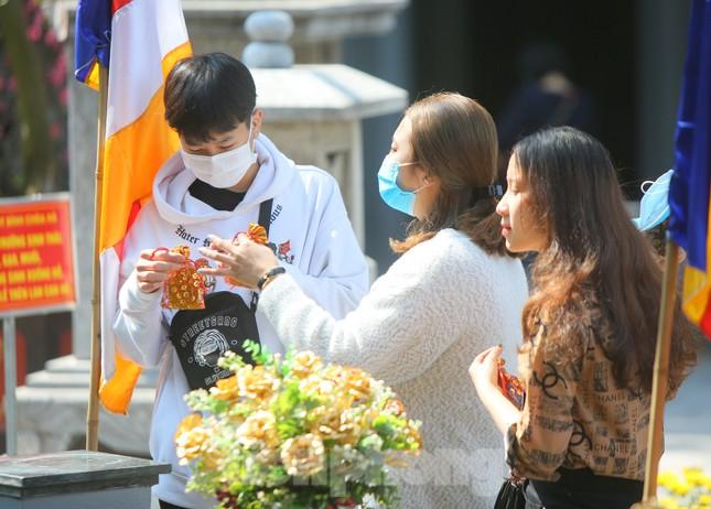 Ngày Valentine, giới trẻ đến chùa Hà 'cầu duyên' qua lớp khẩu trang ảnh 10