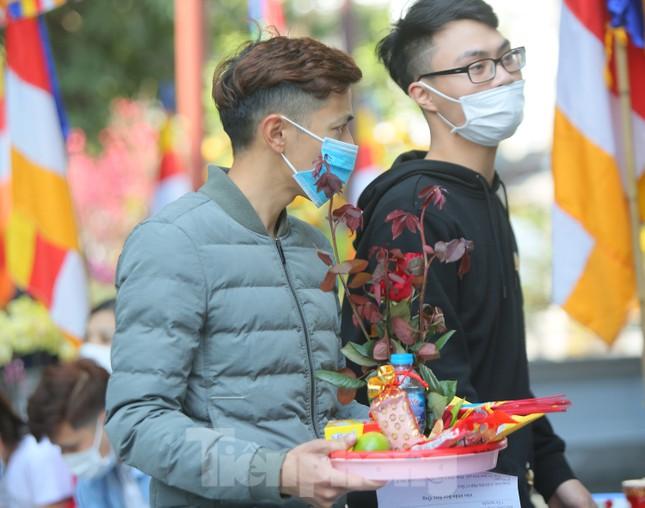 Ngày Valentine, giới trẻ đến chùa Hà 'cầu duyên' qua lớp khẩu trang ảnh 8
