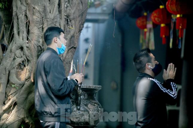 Ngày Valentine, giới trẻ đến chùa Hà 'cầu duyên' qua lớp khẩu trang ảnh 9