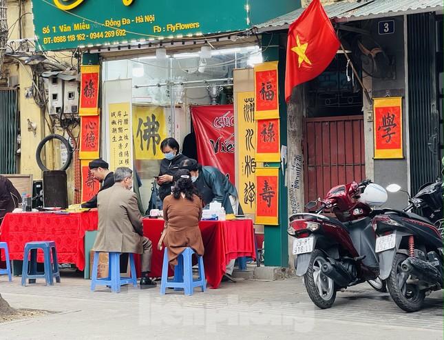 Các di tích Hà Nội 'cửa đóng then cài' trong ngày đầu thực hiện chỉ thị của thành phố ảnh 9