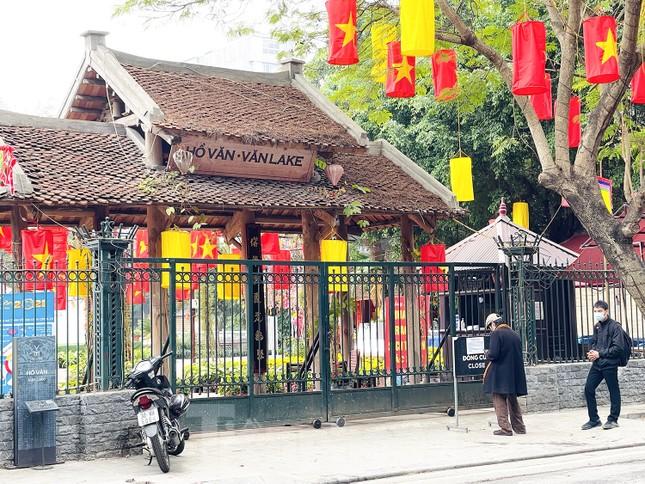 Các di tích Hà Nội 'cửa đóng then cài' trong ngày đầu thực hiện chỉ thị của thành phố ảnh 10