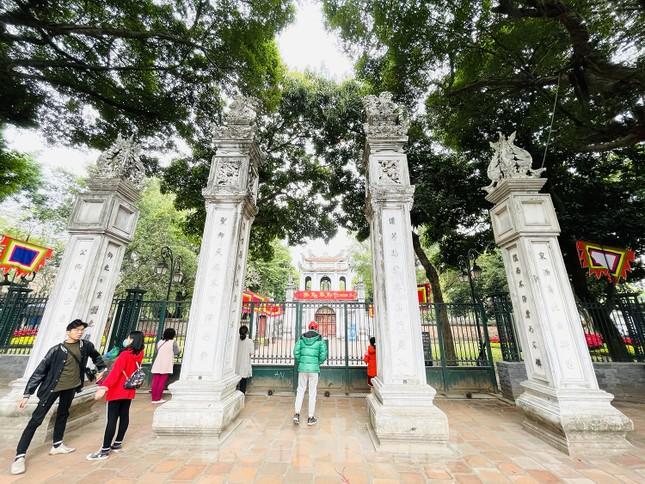 Các di tích Hà Nội 'cửa đóng then cài' trong ngày đầu thực hiện chỉ thị của thành phố ảnh 7