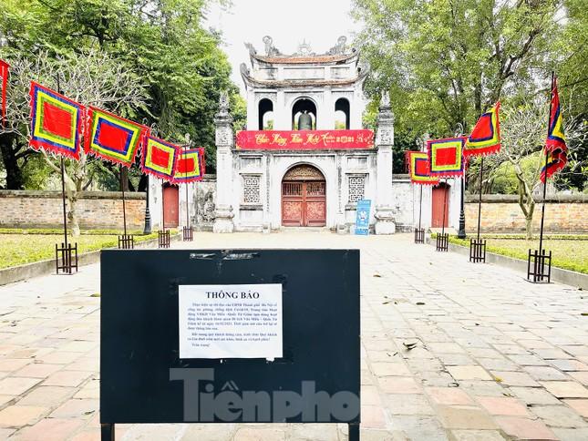 Các di tích Hà Nội 'cửa đóng then cài' trong ngày đầu thực hiện chỉ thị của thành phố ảnh 5
