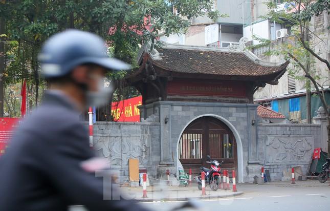 Các di tích Hà Nội 'cửa đóng then cài' trong ngày đầu thực hiện chỉ thị của thành phố ảnh 4