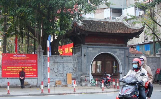 Các di tích Hà Nội 'cửa đóng then cài' trong ngày đầu thực hiện chỉ thị của thành phố ảnh 1