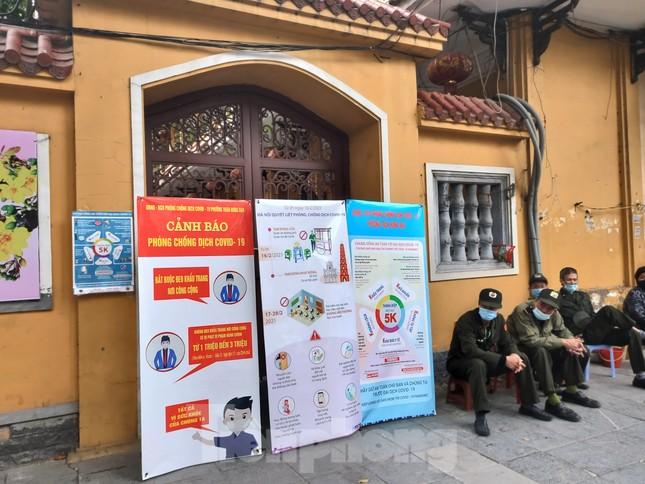 Đền chùa đóng cửa, người dân Hà Nội đứng ngoài vái vọng ngày rằm tháng Giêng ảnh 9