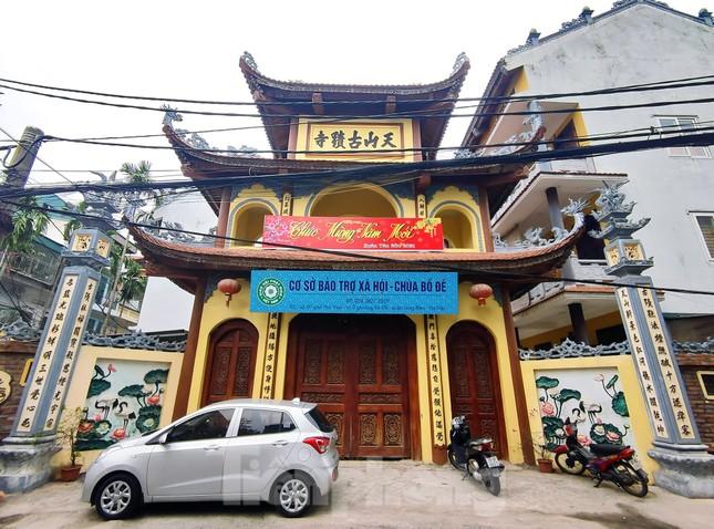 Đền chùa đóng cửa, người dân Hà Nội đứng ngoài vái vọng ngày rằm tháng Giêng ảnh 5
