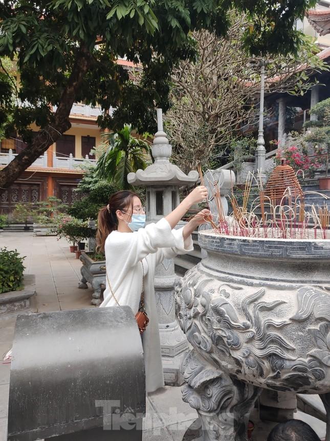 Đền chùa đóng cửa, người dân Hà Nội đứng ngoài vái vọng ngày rằm tháng Giêng ảnh 6