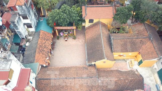 Đền chùa đóng cửa, người dân Hà Nội đứng ngoài vái vọng ngày rằm tháng Giêng ảnh 1