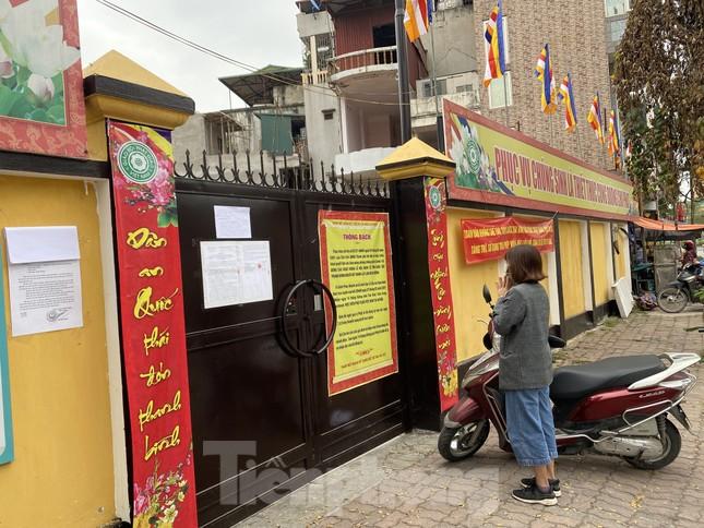 Đền chùa đóng cửa, người dân Hà Nội đứng ngoài vái vọng ngày rằm tháng Giêng ảnh 2