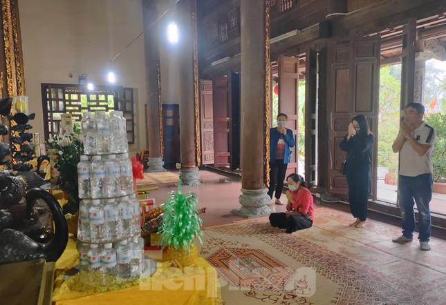 Đền chùa đóng cửa, người dân Hà Nội đứng ngoài vái vọng ngày rằm tháng Giêng ảnh 7