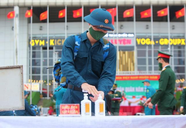 Tân binh đo thân nhiệt, bước qua 'Cổng Vinh Quang' lên đường nhập ngũ ảnh 2