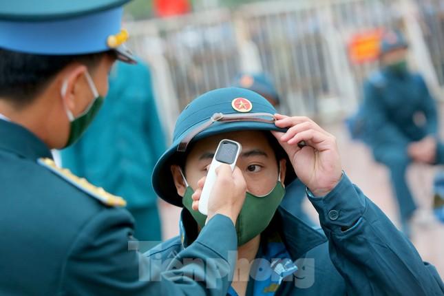 Tân binh đo thân nhiệt, bước qua 'Cổng Vinh Quang' lên đường nhập ngũ ảnh 3