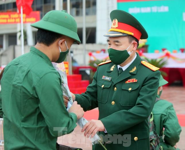 Tân binh đo thân nhiệt, bước qua 'Cổng Vinh Quang' lên đường nhập ngũ ảnh 7