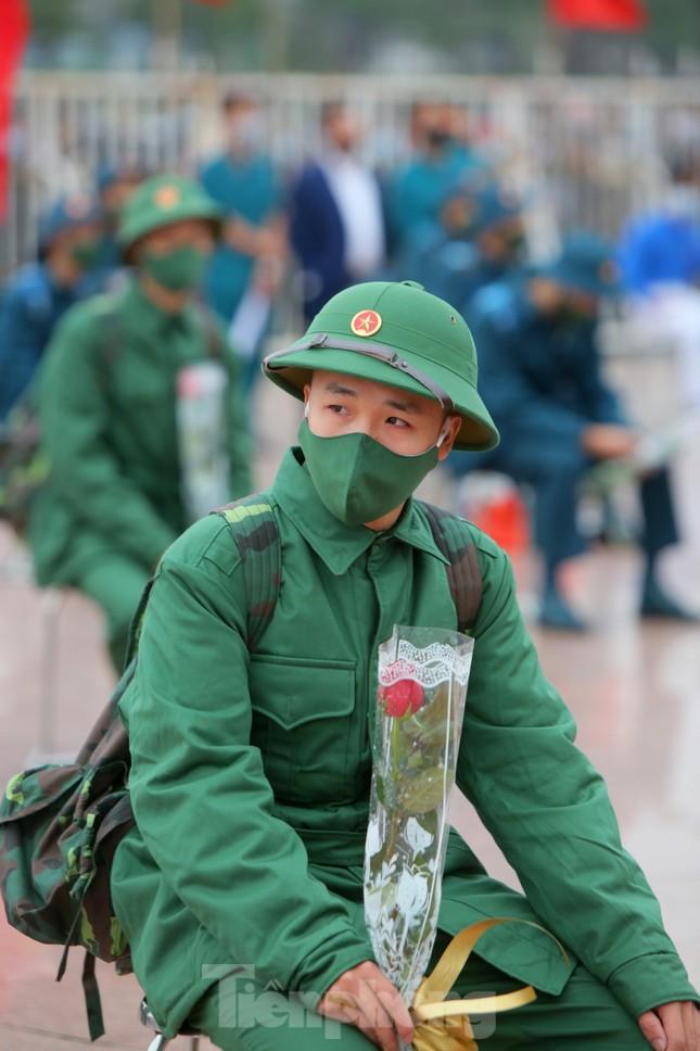 Tân binh đo thân nhiệt, bước qua 'Cổng Vinh Quang' lên đường nhập ngũ ảnh 6