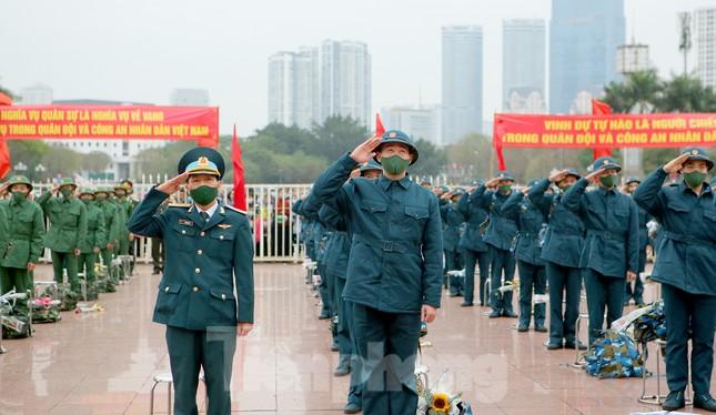 Tân binh đo thân nhiệt, bước qua 'Cổng Vinh Quang' lên đường nhập ngũ ảnh 1