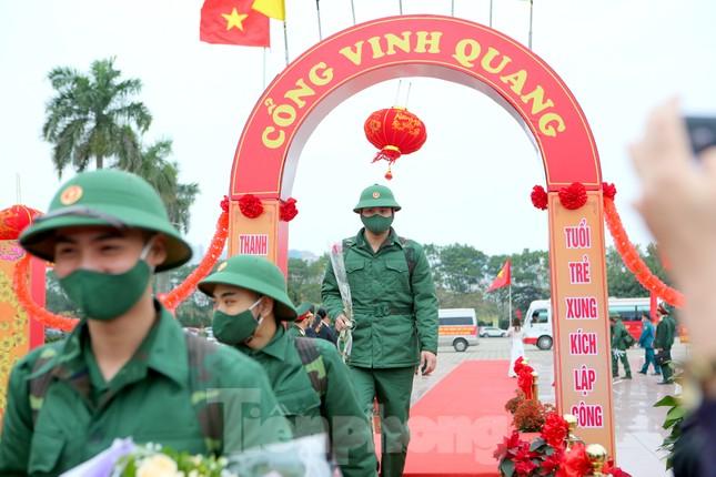 Tân binh đo thân nhiệt, bước qua 'Cổng Vinh Quang' lên đường nhập ngũ ảnh 8