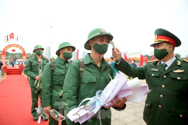 Tân binh đo thân nhiệt, bước qua 'Cổng Vinh Quang' lên đường nhập ngũ ảnh 9