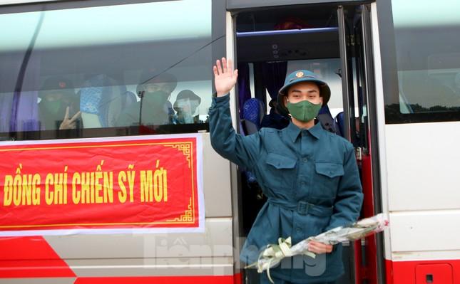 Tân binh đo thân nhiệt, bước qua 'Cổng Vinh Quang' lên đường nhập ngũ ảnh 10