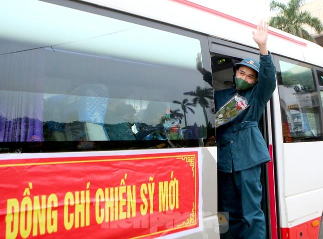 Tân binh đo thân nhiệt, bước qua 'Cổng Vinh Quang' lên đường nhập ngũ ảnh 11
