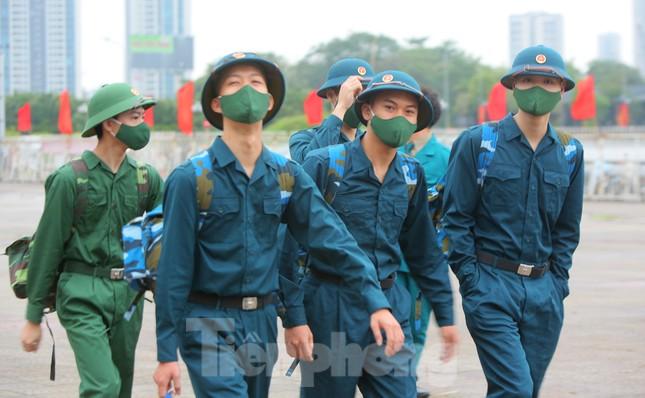 Tân binh đo thân nhiệt, bước qua 'Cổng Vinh Quang' lên đường nhập ngũ ảnh 5