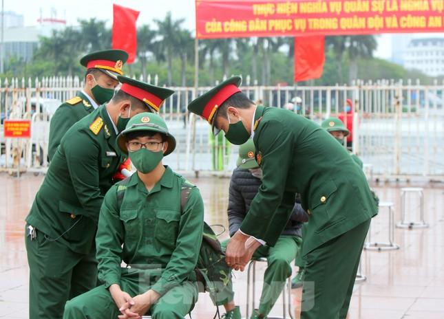 Tân binh đo thân nhiệt, bước qua 'Cổng Vinh Quang' lên đường nhập ngũ ảnh 4