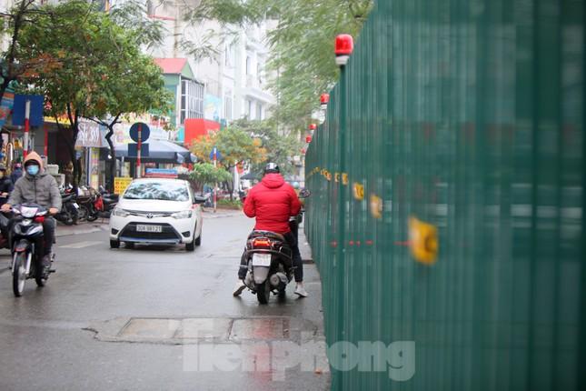 Bên trong rào chắn công trình thi công mở rộng cầu Yên Hòa bắc qua sông Tô Lịch. ảnh 8