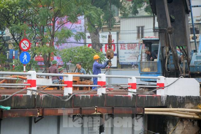 Bên trong rào chắn công trình thi công mở rộng cầu Yên Hòa bắc qua sông Tô Lịch. ảnh 6