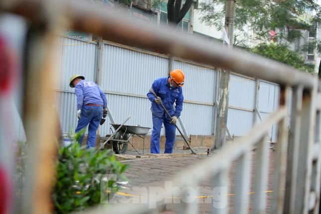 Bên trong rào chắn công trình thi công mở rộng cầu Yên Hòa bắc qua sông Tô Lịch. ảnh 5