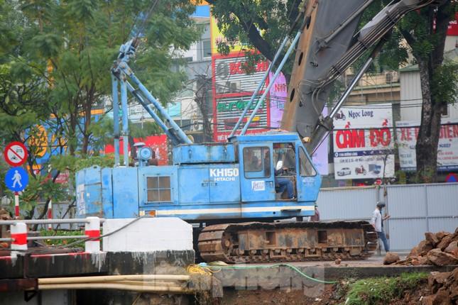 Bên trong rào chắn công trình thi công mở rộng cầu Yên Hòa bắc qua sông Tô Lịch. ảnh 3