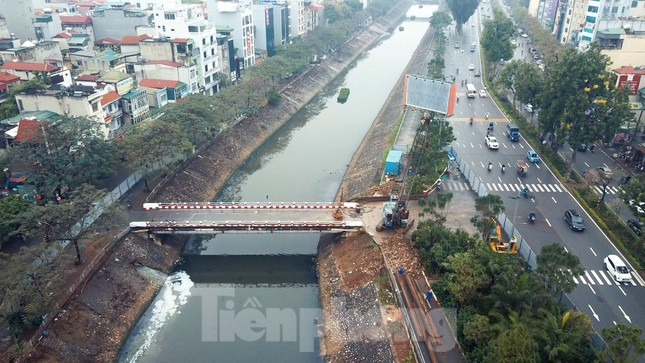 Bên trong rào chắn công trình thi công mở rộng cầu Yên Hòa bắc qua sông Tô Lịch. ảnh 9