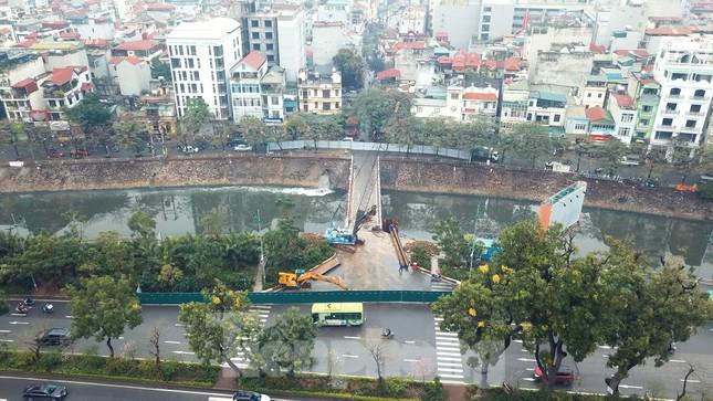 Bên trong rào chắn công trình thi công mở rộng cầu Yên Hòa bắc qua sông Tô Lịch. ảnh 1