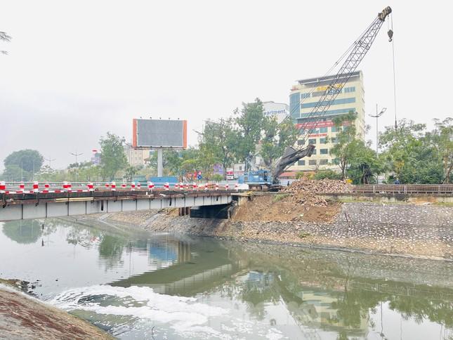 Bên trong rào chắn công trình thi công mở rộng cầu Yên Hòa bắc qua sông Tô Lịch. ảnh 2