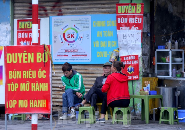 Hàng quán vỉa hè Hà Nội hoạt động tấp nập giữa lệnh cấm ảnh 5