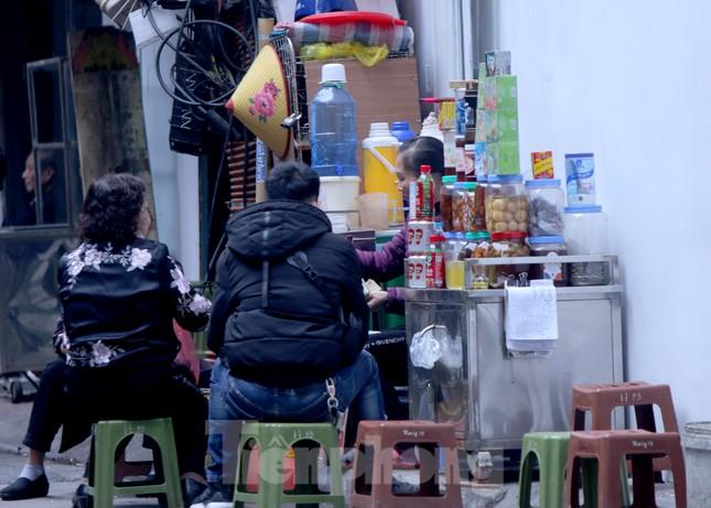 Hàng quán vỉa hè Hà Nội hoạt động tấp nập giữa lệnh cấm ảnh 6