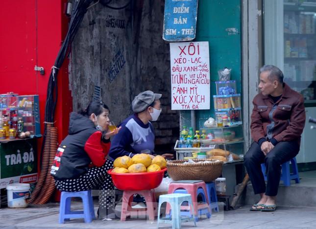 Hàng quán vỉa hè Hà Nội hoạt động tấp nập giữa lệnh cấm ảnh 8