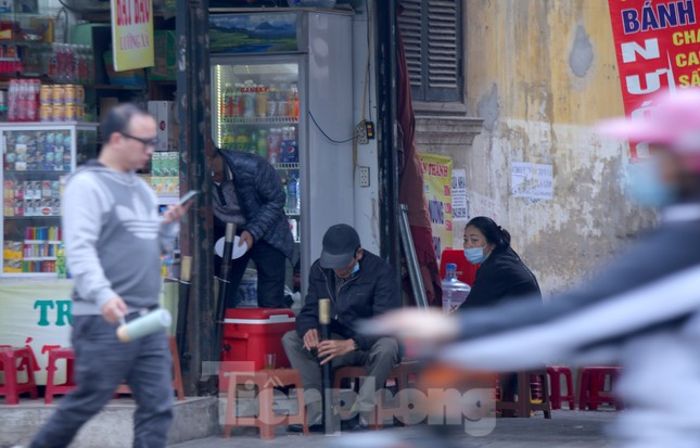 Hàng quán vỉa hè Hà Nội hoạt động tấp nập giữa lệnh cấm ảnh 3