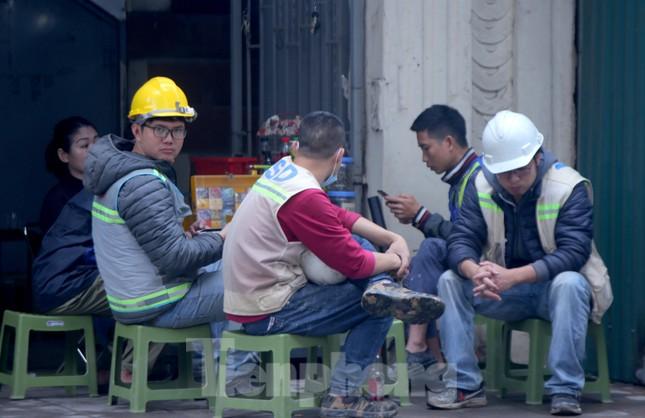 Hàng quán vỉa hè Hà Nội hoạt động tấp nập giữa lệnh cấm ảnh 4