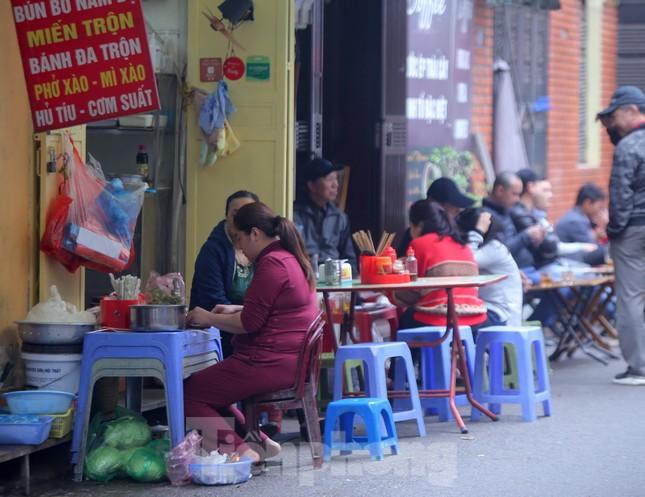 Hàng quán vỉa hè Hà Nội hoạt động tấp nập giữa lệnh cấm ảnh 7