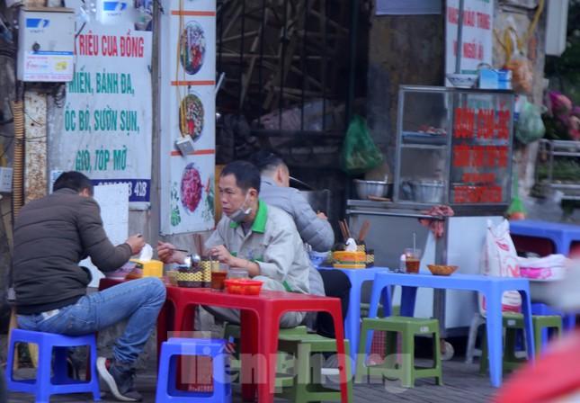 Hàng quán vỉa hè Hà Nội hoạt động tấp nập giữa lệnh cấm ảnh 11