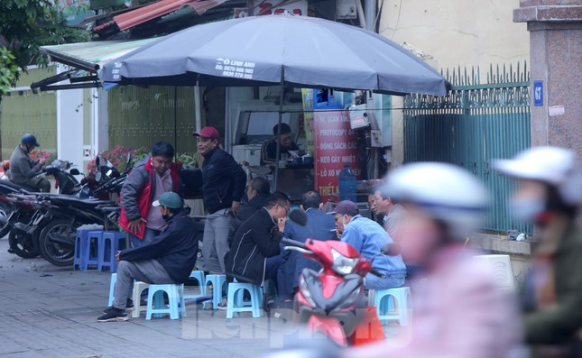 Hàng quán vỉa hè Hà Nội hoạt động tấp nập giữa lệnh cấm ảnh 1