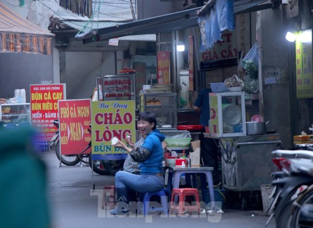 Hàng quán vỉa hè Hà Nội hoạt động tấp nập giữa lệnh cấm ảnh 9