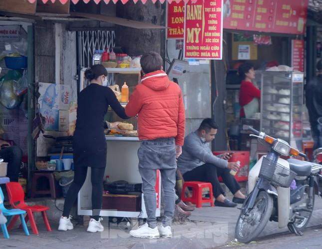 Hàng quán vỉa hè Hà Nội hoạt động tấp nập giữa lệnh cấm ảnh 10
